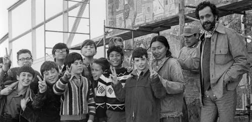 Asawa with students and mosaic artist, Alfonso Pardiñas, Alvarado Elementary School, 1970.